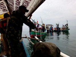Babinda anggota Koramil 0820/05 Tongas, Sertu Burhan  turut serta serta dalam kegiatan penaburan bibit ikan kerapu FOTO : AHMAD SUGENG LAKSONO