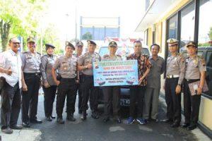 Kapolres Jepara AKBP Samsu Arifin secara simbolis menerima hibah satu unit mobil grand max ambulance. FOTO ; DSW