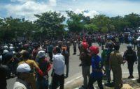 Aksi Unjuk Rasa di depan kantor Bupati Buton Utara nyaris ricuh antar dua kubu. FOTO : MIRDAT