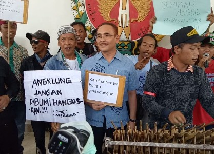 Komunitas Angklung se Yogyakarta saat menggelar aksi unjuk rasa di Kantor DPRD Yogyakarta. FOTO : NADHIR