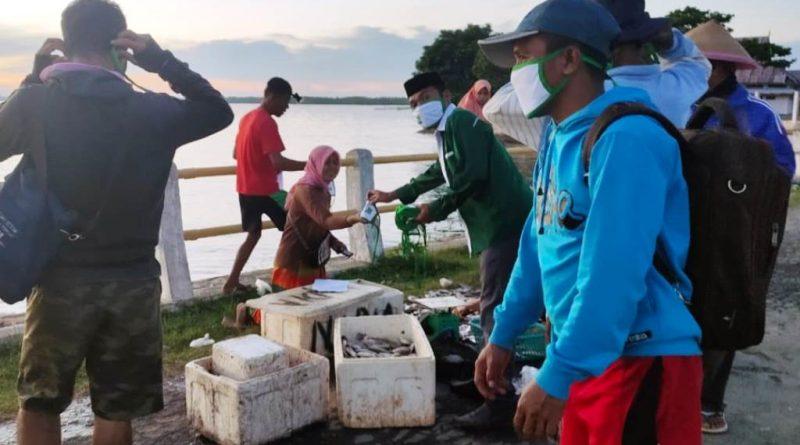 Gerakan Sosial DPC PKB Mubar Bagi Masker di Pelabuhan Tondasi