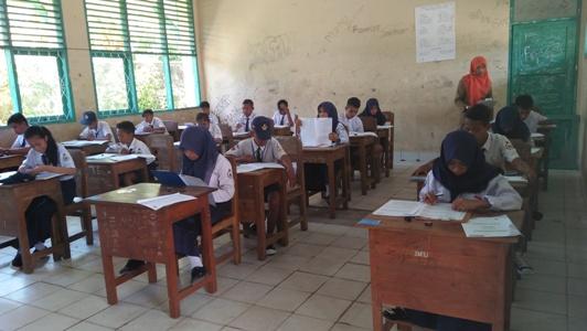 Pelaksanaan Ujian nasional di salah satu SMP di kabupaten buton. FOTO : LA ODE ALI
