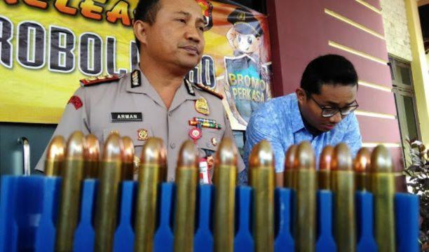Kapolres Pobolinggo AKBP Arman Asmara Syarifuddin saat menunjukkan barang bukti berupa peluru senjata api saat menggelar konprens. FOTO ; ASL