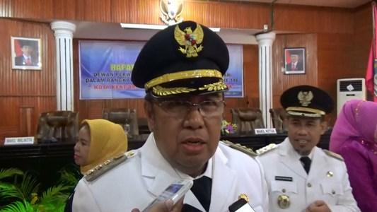 Walikota kendari H. Asrun saat diwawancara sejumlah wartawan usai pelaksanaan sidang Paripuirna Istimewah di DPRD Kota Kendari. FOTO : DION