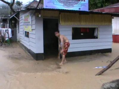 Pasca banjir di kelurahan Kampung Salo , warga meminta kepada pemerintah untuk dibuatkan dapur umum. FOTO : FT