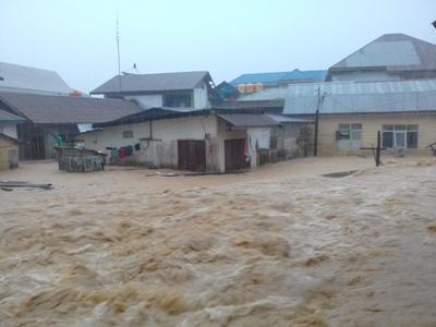 banjir yang terjadi di Kelurahan kemarayua membuat pemukiman warga terancam roboh akibat luapan suangai kemaraya. FOTO : ILHAM
