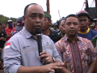 Direktur PT Baula Petra Buana Ady Aksar saat menemui warga dan berjanji akan mengganti rugi lahan warga petani rumput laut di Desa Akuni. FOTO : FT