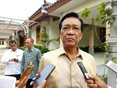 Gubernur Daerah Istimewah Yogyakarta Sri Sultan Hameng Kubuwono IX saat memberikan keterangan pers terkait bulan suci ramadhan. FOTO : NADHIR