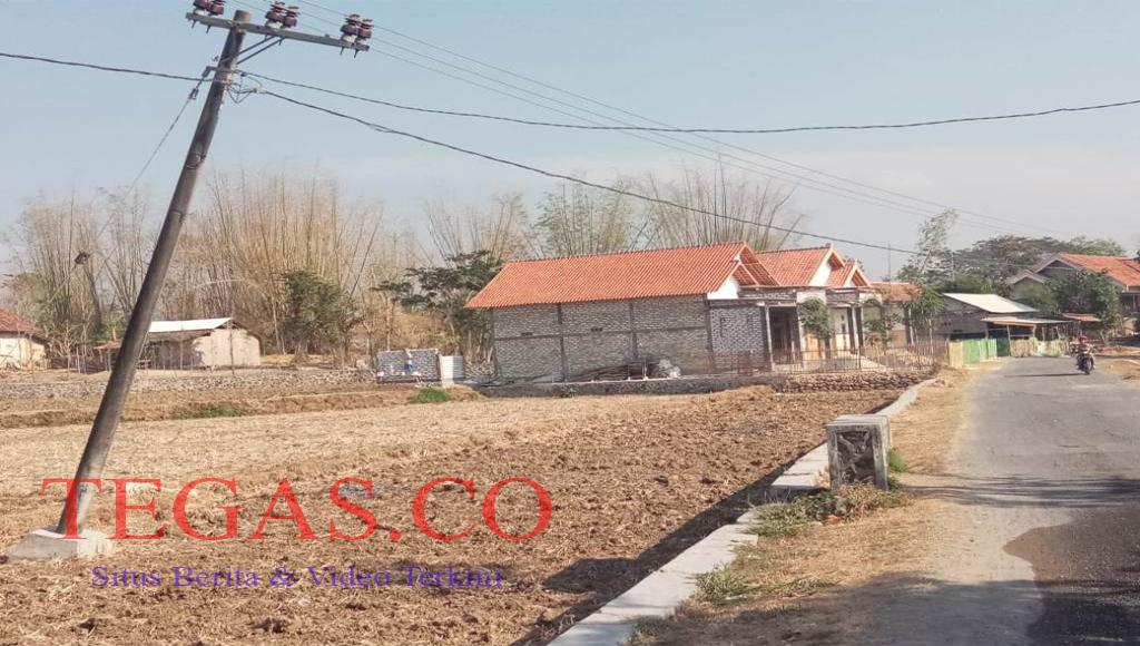 Tiang Listrik di Desa Patarongan Miring Ancam Keselematan Warga