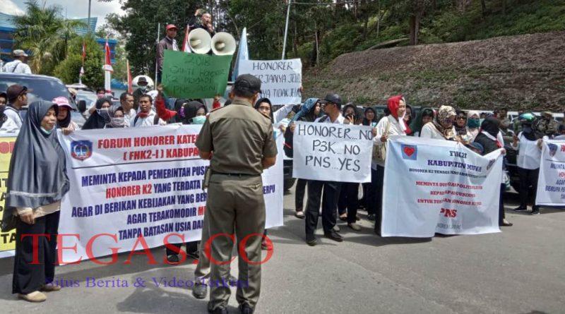 Ratusan Honorer K2 di Sultra Tuntut Diangkat ASN dan Protes Batasan Usia