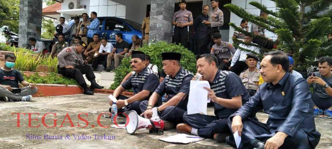 Demo 7 Anggota Dewan PAW, Komisi A Duduk Melantai dengan Massa Aksi
