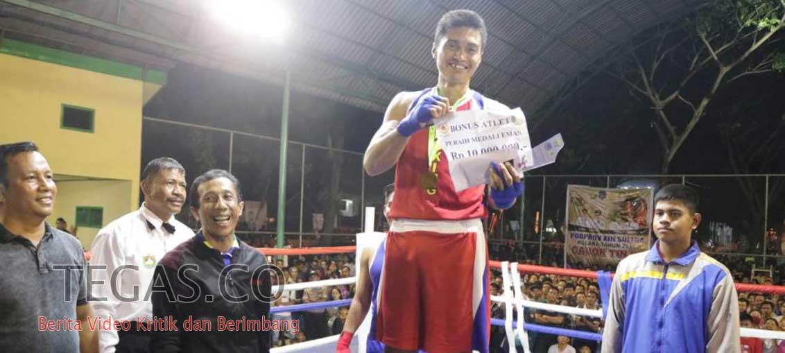 Atlet Tinju Sumbang Emas, Wakil Bupati Konsel Serahkan Bonus