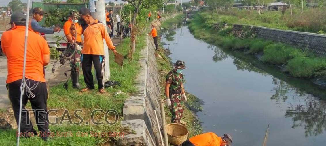 Cegah Banjir, BPBD Sampang Edukasi Warga dengan Bersih-bersih Sungai