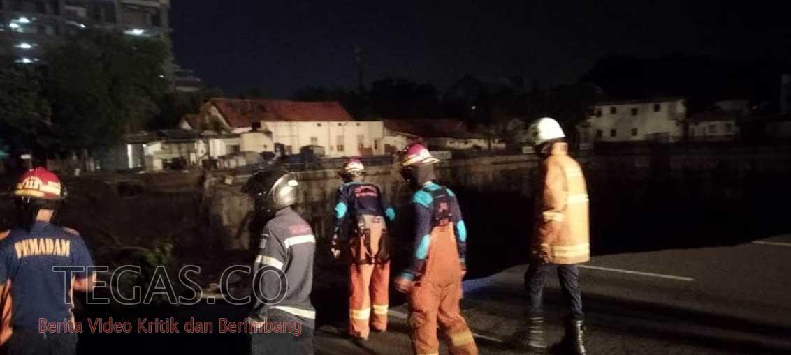 Jalan Protokol Gubeng Surabaya Amblas Membentuk Jurang Menganga