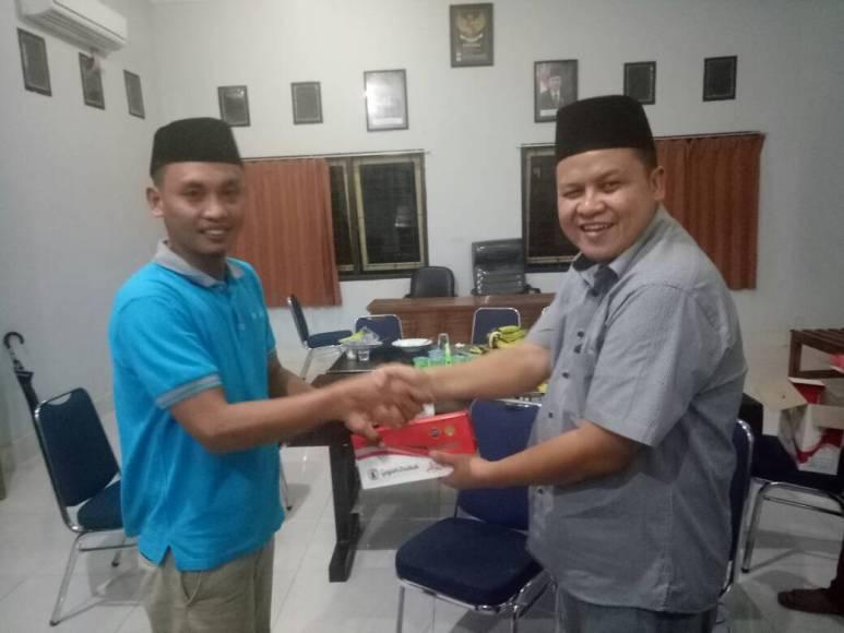 Kepala Kejaksaan Negeri Andoolo Abdillah SH, MH memberikan bingkisan kepada perwakilan wartawan di konsel Mahidin (tegas.co). FOTO : IST