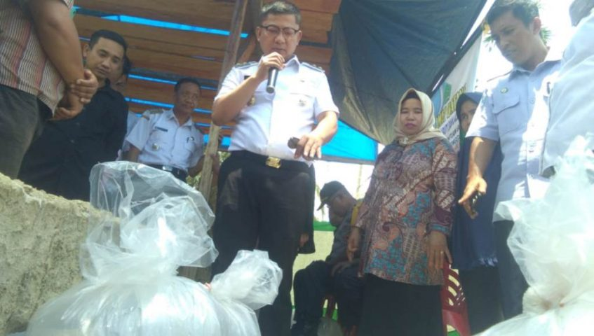Program Seribu Kolam, Wabup Konawe Bagi Bibit Ikan ke Kemasyarakat