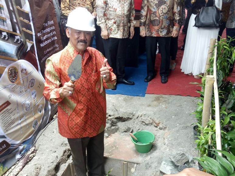 GBPH Prabukusuma usai meletakkan baru pertama pembangunan Sindunegaran Palace yang berkonsep Seni san Budaya. FOTO : NADHIR ATTAMIMI