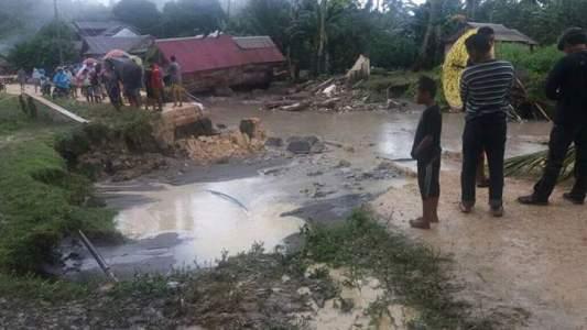 menghubungkan Buton Utara- Bau-bau nyaris putus akibat longsor pasca banjir di Desa Kambowa. FOTO : MIRDAT