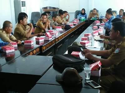 Sekda Butur La Ode Baharuddin memimpin rapat koordinasi bersama tim panitia Pilkades  FOTO : MIRDAT