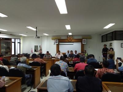 Puluhan Organda Taksi Resmi Konvensional mengadukan aspirasinya di DPRD Kota Yogyakarta. FOTO : NADHIR