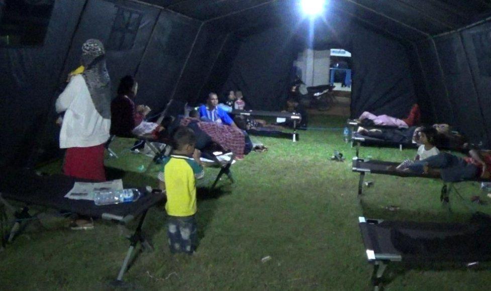 Penumpang Mudik lebaran tujuan Sulawesi Selatan terpaksa menginap di tenda darurat di pelabuhan Kolaka. FOTO : ASDAR LANTORO