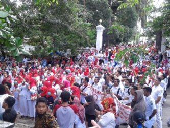 Ribuan perawat menggelar unjuk rasa di DPRD Sultra. mereka menuntut agar perawat diberikan upah yang layak. FOTO : ONNO