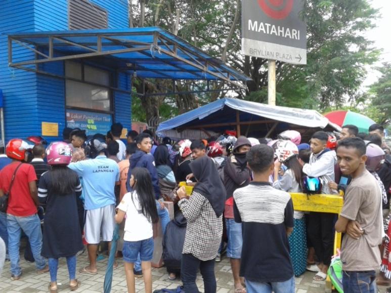 Calon penumpang tujuan Muna, Baubau menumpuk di depan loket pembelian tiket di pelabuhan Kendari. FOTO : ONNO