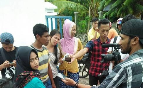 Sejumlah perangkat dan petugas desa asal Waelumu Kecamatan Wangiwangi, Kabupaten Wakatobi, ramai-ramai mendatangi kantor desa, mereka menolak pemberhentian yang dilakukan plt kades Jayadi SE FOTO : ADY