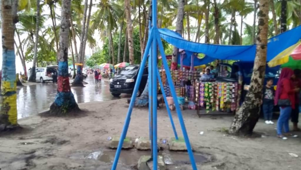 Meski Hujan Deras Pantai membuku Tetap Ramai