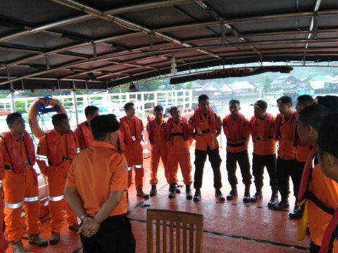 Tim SAR Kendari bersiap-siap melakukan pencarian terhadap Kapal Motor Nelayan yang mati mesin di perairan laut saponda. FOTO : ONNO