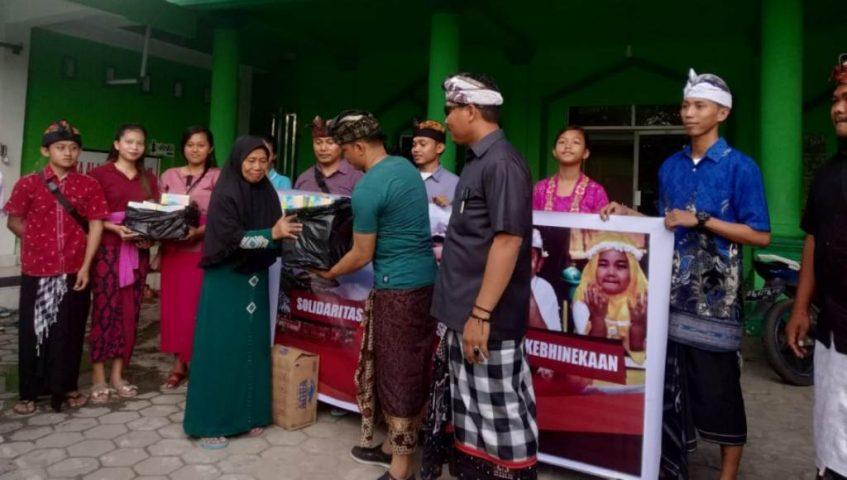 Umat Hindu Bagi Takjil di Kendari