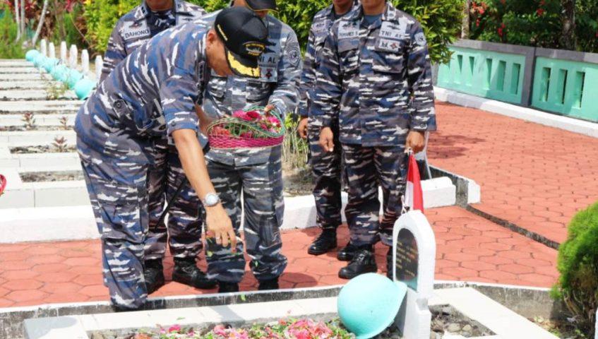 Komandan Beserta Prajurit KRI YOS-353 Ziarah Makam Pahlawan di Balikpapan