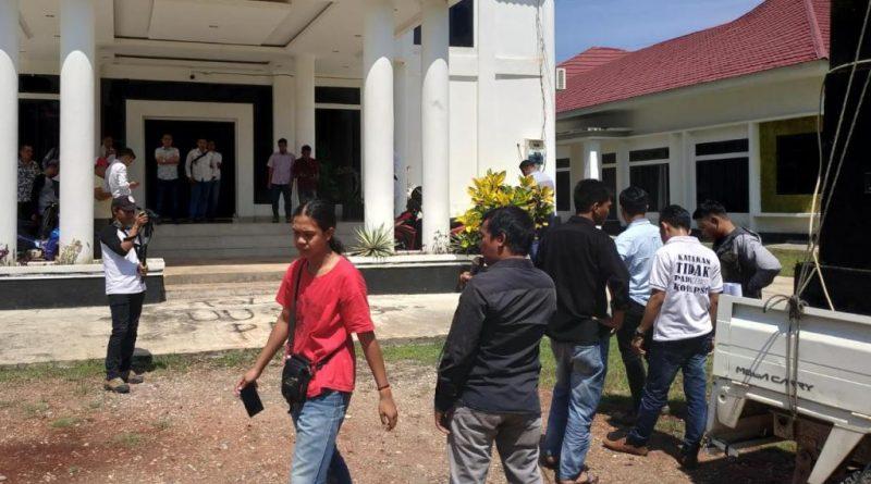Tahan Penyegelan Kantor, Wakil Ketua DPRD Konawe Terlibat Bentrok