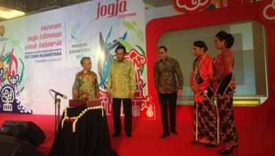 Sri Sultan Hamengkubuwana X bersama Kepala Dinas Kebudayaan DIY, Umar Priyono membuka secara resmi Pameran Museum Exhibition 2017 di Atrium Jogja City Mall (JCM)