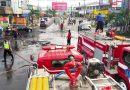 Damkar Kendari Bersihkan Puing Pembakaran Pasca Demonstrasi Suku Tolaki