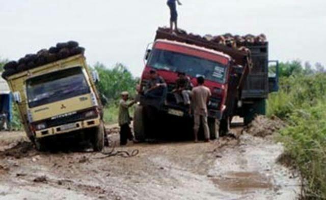 Masyarakat Lasolo Konut Keluhkan Jalan Rusak Akibat Mobil Pengangkut Sawit