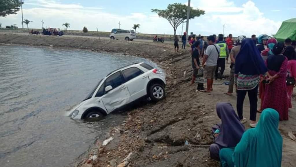 Diduga Randis Bawaslu Sultra Tabrak Kendaraan Dokter di Kolu