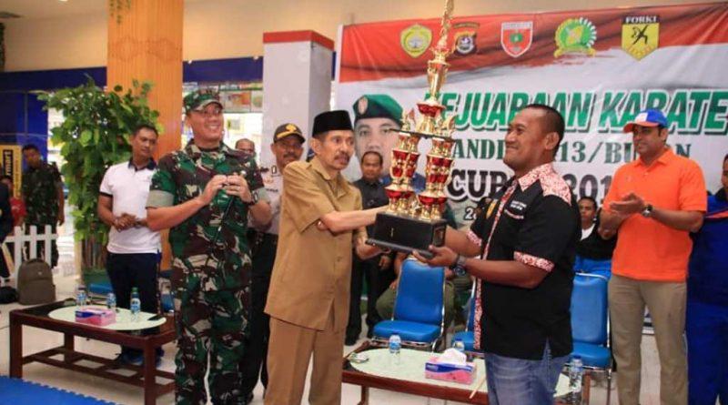 BAUBAU, SULTRA - Wali Kota Baubau Dr. H. AS. Tamrin memberi tantangan kepada peserta kejuaraan karate