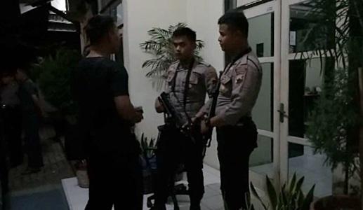 Anggota polres Brebes saat memeriksa Kantor Dinas Ksesahan Brebes pasca dirampok . FOTO : NURAKHMAWATI