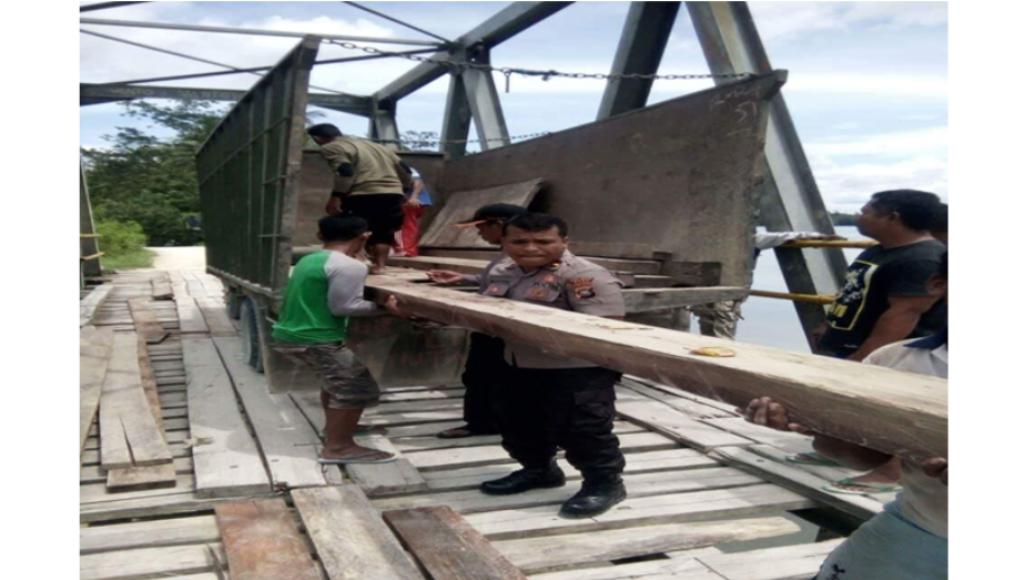 Pemerintah Lamban, TNI/Polri Masyarakat Perbaiki Jembatan Beli