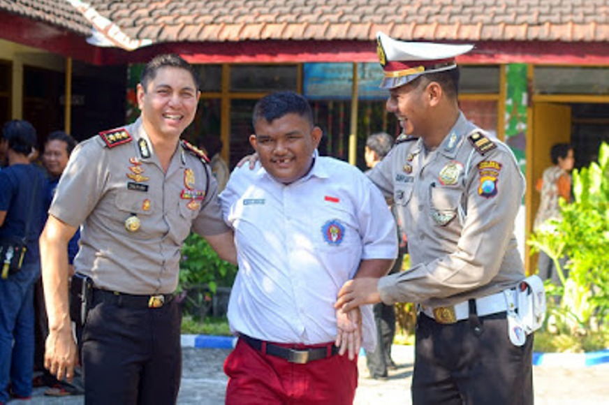 Kapolresta Probolinggo AKBP Alfian Nurrizal, S.H., S.IK, M.Hum. saat berkunjung ke sekolah berkebutuhan khusus di TKLB dan SDLB Sinar Harapan Jalan Mawar No.39 Kota Probolinggo. FOTO : ASL