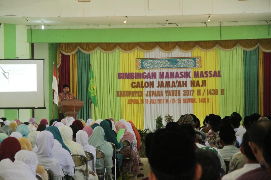 Bupati Jepara KH Ahmad Marzuki SE saat memberikan sambutan di kegiatan manasik Haji Massal di gedung Haji Jepara. FOTO : DSW