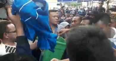 Atribut Pengurus PAN Muna-Mubar Dikarungkan dan Dimasukkan ke Tong Sampah