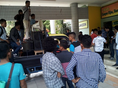 Aksi unjuk rasa oleh puluhan mahasiswa Universitas halu Oleo di saat calon Rektor menyampaikan visi dan misi di gedung Auditorium UHO. FOTO : ADIN