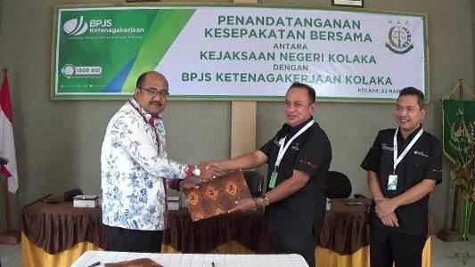 Penyerahan Nota kesepahaman anatara BPJS Ketenaga kerjaan dan Kejari Kolaka. FOTO : LAN
