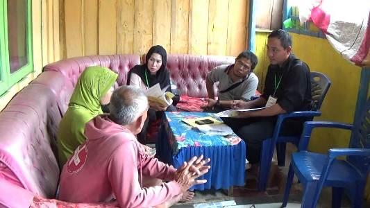 Petugas BPS Kolaka saat melakukan pendataan di setiap rumah warga yang menjadi responden. FOTO : LAN