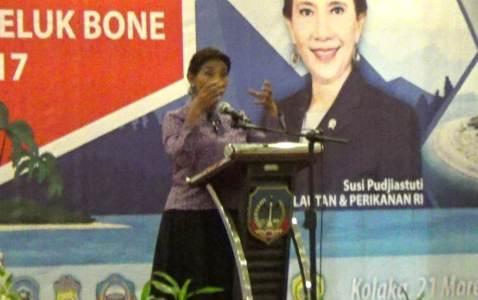 Menteri Kelautan dan perikanan RI Susi Pudjiastuti saat membuka pertemuan nasional teluk Bone di kabupaten kolaka. FOTO : LAN