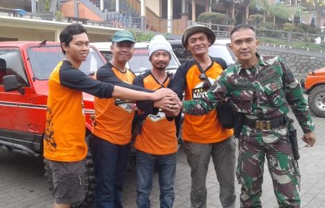 Komunitas Klub 4x4 Adventure sebelum melaksanakan touring pembersihan dan penanaman pohoin di lokasi wisata Probolinggo- FOTO : ASL