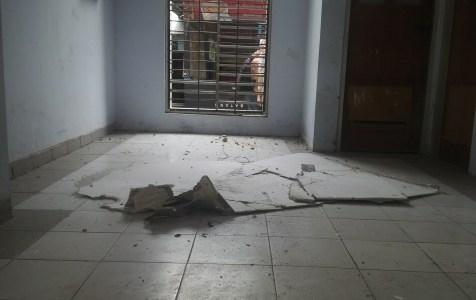 Bekas runtuhan Plafon gedung perkuliahan Fakultas Teknik Sipil UHO yang nyaris menimpa Mahasiswa. FOTO : BAIM. J