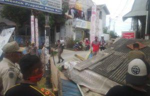 Anggota Satpol PP Kota kendari saat melakukan penertiban PKL di salah satu titik di Kota kendari. FOTO : BAIM. j